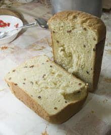 Разрезанный кулич, приготовленный в хлебопечке