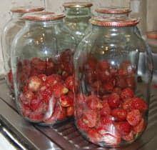 Подготовленные банки с ягодами