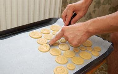 Выкладываю печенье на противень
