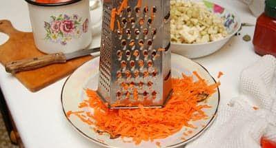 Морковку натер на крупной терке