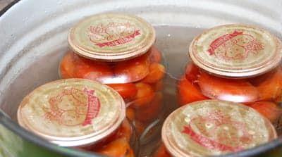 Стерилизация помидоров в кастрюле