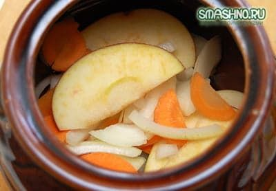 Кладу половину овощей в горшочек