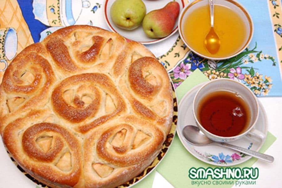 Пирог с маком, яблоками и изюмом