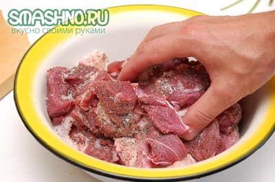 Приправляю мясо специями