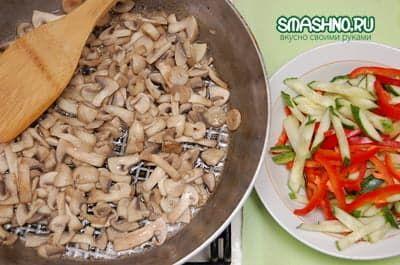 Слегка обжариваю грибы без масла
