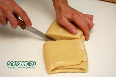 Разрезаю слоеное тесто пополам