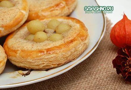 Слоеные пирожные с кремом и виноградом, фото