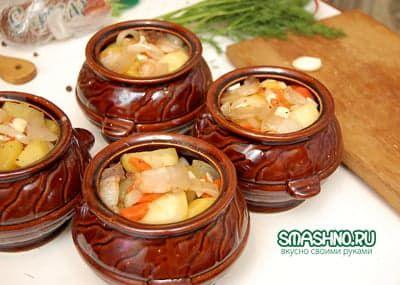Заполняю горшочки мясом и овощами
