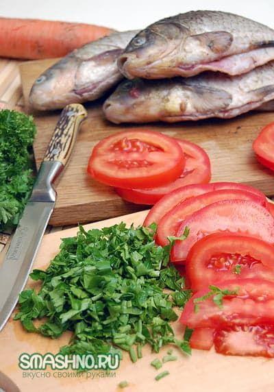 Зелень, ломтики помидоров