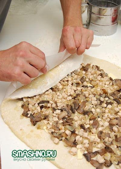 Сворачиваю картофельное тесто с начинкой в рулет