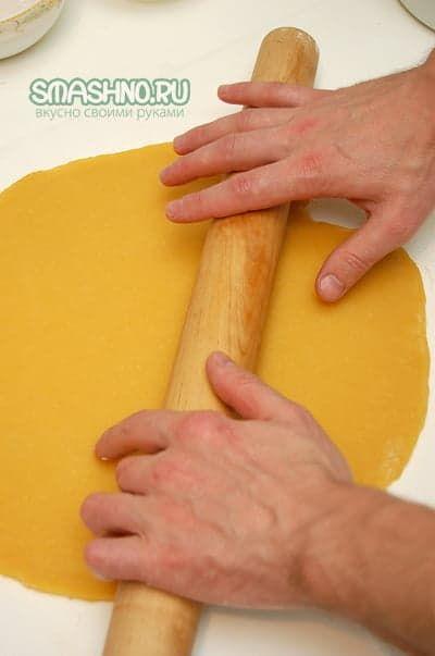 Раскатывание теста для пирога