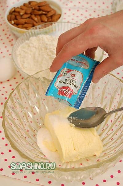 К маслу добавить ванильный сахар и обычный
