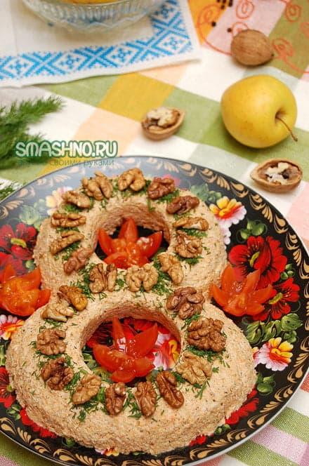 Готовый мясной салат с орехами