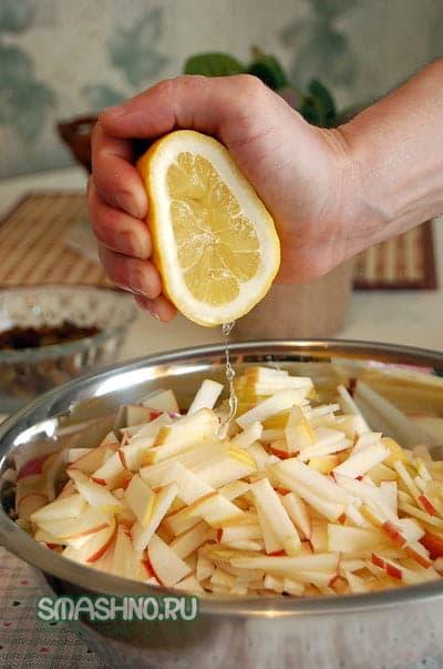 Выдавливаю сок лимона