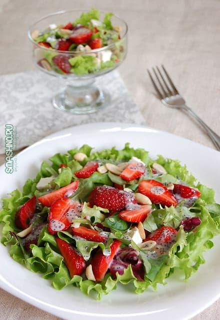 Вкусный салат с клубникой