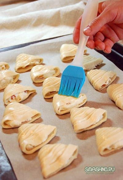 Подготовленные к выпечке слойки