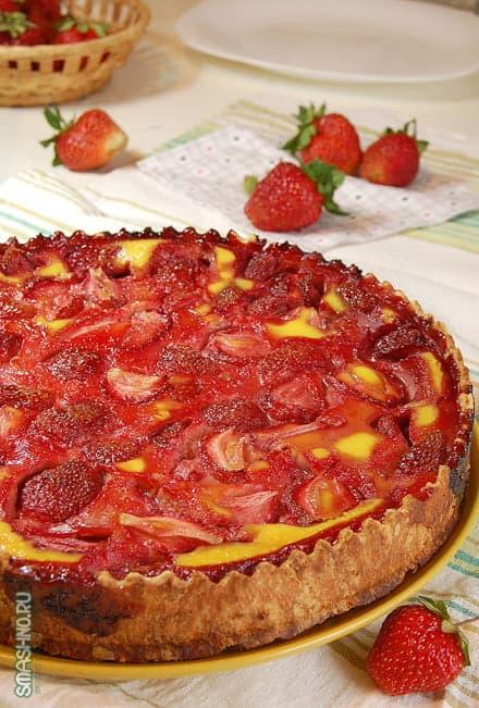 Готовый пирог с клубникой