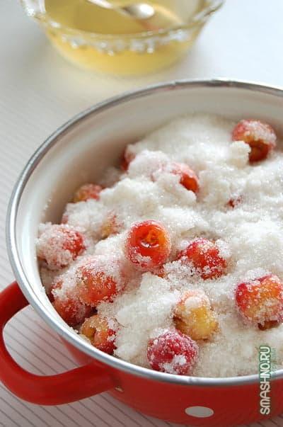 Черешня, пересыпанная сахаром