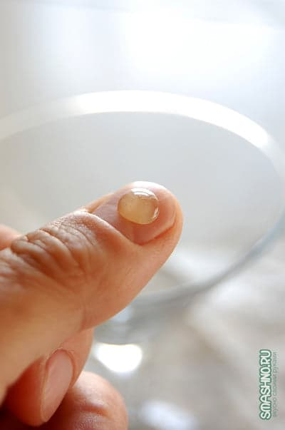 Капля варенья на пальце