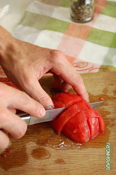 Нарезаю помидор