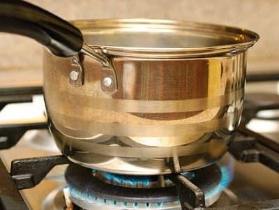 Прогрейте небольшую кастрюлю или сотейник на огне