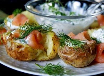 Запеченный картофель с семгой и соусом из творожного сыра