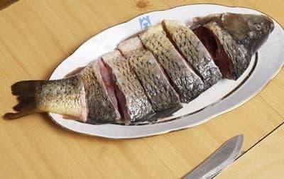 Порежьте рыбу на кусочки