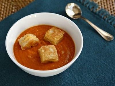 Томатный суп с крутонами с сыром