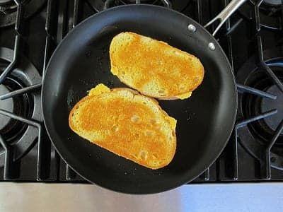 Обжарьте батон с сыром с двух сторон