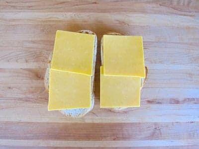 Выложите на батон сыр