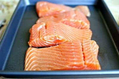 Выложите кусочки лосося на противень