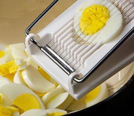 Яйцо, нарезанное на яйцерезке