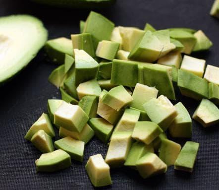 Авокадо, порезанный мелкими кубиками