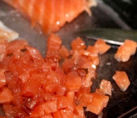 Сёмга и лосось, порезанные мелкими кубиками