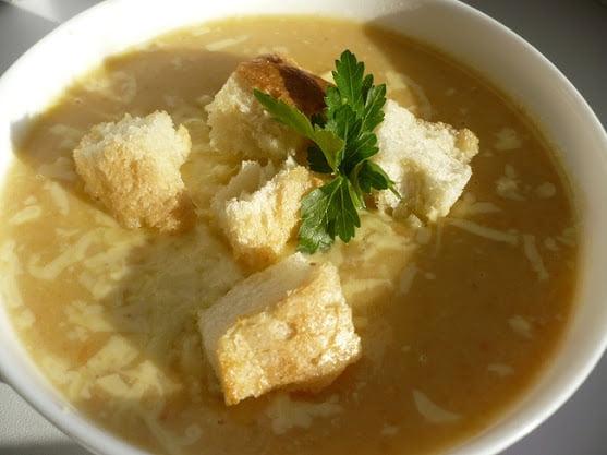 Готовый суп с чесночными сухариками