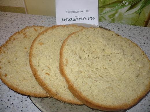 Бисквит, нарезанный на коржи