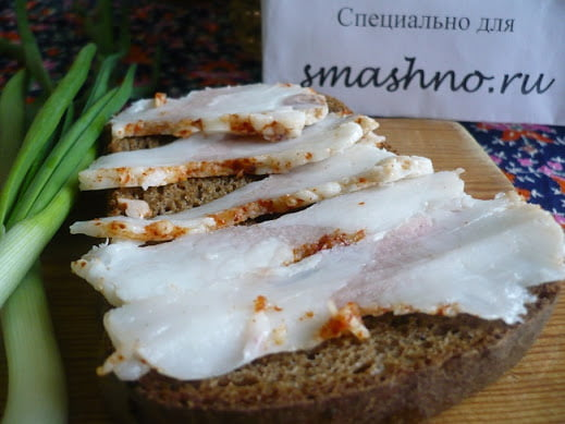 Готовое нежное сало с хлебом и луком