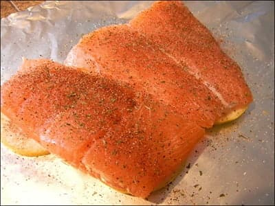 Кусочки лосося, посыпанные солью, перцем и петрушкой