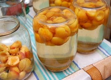 В перевернутых банках - готовый абрикосовый компот