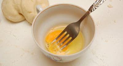 Взбиваю яйцо в чашке