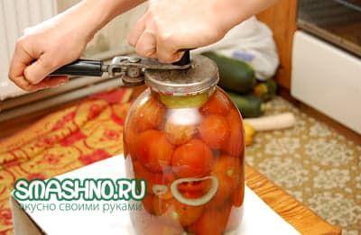 Закатка банки с помидорами