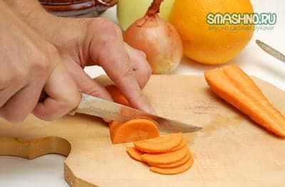 Нарезаю морковку