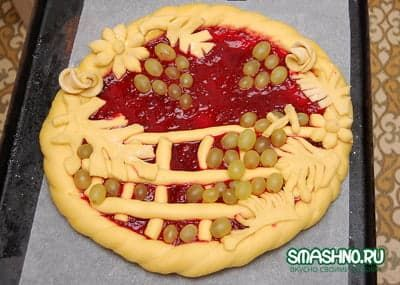 Пирог украсили, можно выпекать