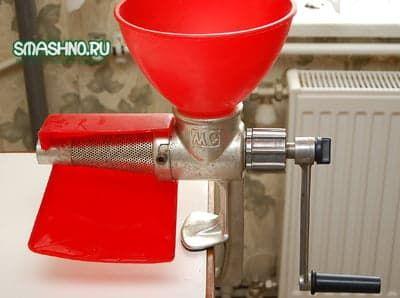 Этим инструментом будем превращать томаты в сок