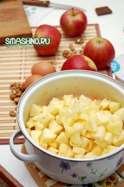 Добавляю яблоки к тыкве