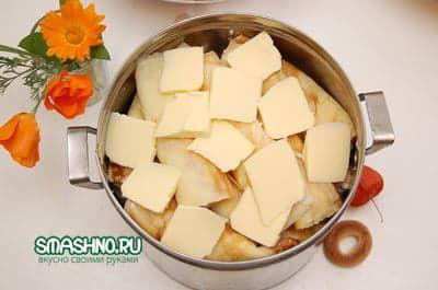 Блины со сливочным маслом в кастрюле
