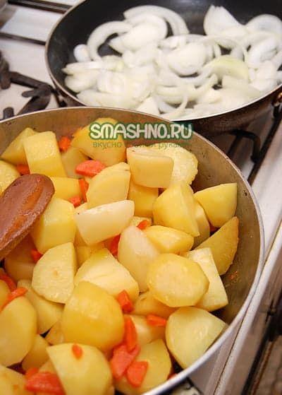 Обжаренный картофель с морковкой