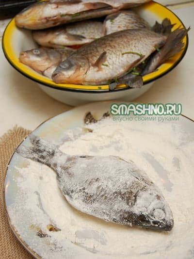 Обваливаю рыбу в муке