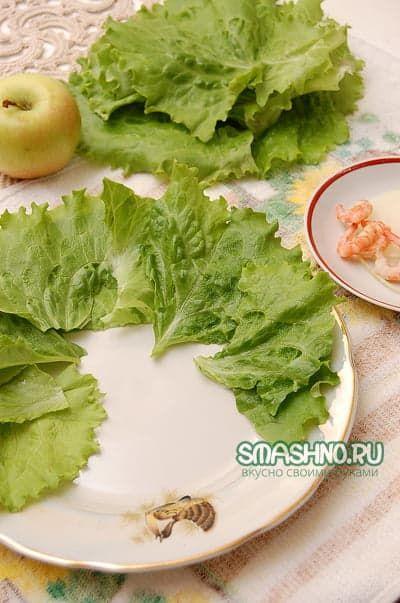 Блюдо украсил зелеными листьями салата