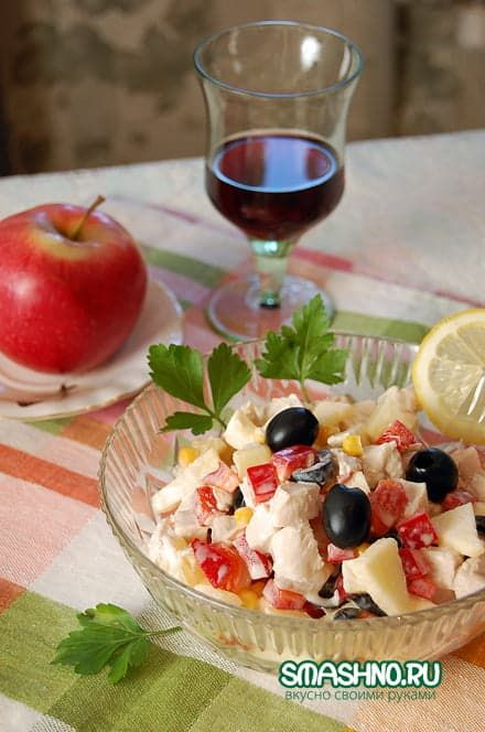 Салат с куриным филе, кукурузой, маслинами и ананасом без майонеза
